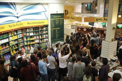 MADRID.- Fans de Harry Potter, esperan para comprar los primeros ejemplares del octavo libro de la saga, que se pueden adquirir desde esta noche en un conocido establecimiento madrileño. EFE