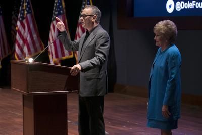 """WASHINGTON (EE.UU.). El actor estadounidense Tom Hanks (i), en compañía de la exsenadora Elizabeth Dole (d), habla, durante el evento de la Fundación Elizabeth Dole para lanzar la campaña """"Héroes ocultos"""" en el Capitolio de Washington (EE.UU.). La iniciativa busca llamar la atención sobre la """"crisis que enfrentar los cuidadores de militares y de veteranos"""". EFE"""