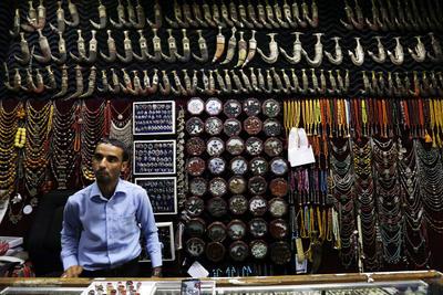 """SANÁ (YEMEN).- Comerciantes de Yemen esperan la llegada de clientes dentro de un mercado de piedras ó""""nix y dagas tradicionales en Saná (Yemen) . El arte de la extracción y la formación de piedras ó""""nix para ser utilizado en joyería en Yemen, es una habilidad con miles de años de antigüedad que alcanza gran difusión en los mercados locales y los países vecinos. EFE"""