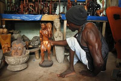 BASSAM (COSTA DE MARFIL).- El ebanista Kemahon Koffi da los últimos toques a una talla de madera en su estudio en Grand-Bassa (Costa de Marfil). Koffie Jean contrajo la polio con cinco años y comenzó a tallar madera con su abuelo en 1996. Ahora está especializado en máscaras tribales que vende principalmente a mayoristas y turistas. EFE