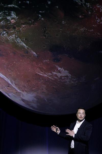 """MEX. GUADALAJARA (MÉXICO), 27/09/2016.- El inventor, físico y empresario sudafricano Elon Musk imparte la conferencia """"Una vida humana interplanetaria"""" sobre el primer viaje tripulado a Marte hoy, martes 27 agosto de 2016, durante el segundo día del 67 Congreso Internacional de Astronáutica que se lleva acabo en la ciudad de Guadalajara (México). EFE/Ulises Ruiz Basurto"""