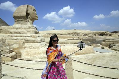 GUIZA (EGIPTO).- Fotografía  con motivo del Día Mundial del Turismo, que muestra a una turista mientras posa para un selfi ante la Gran Esfinge de Guiza, en Egipto. El número de turistas que visitaron Egipto en la primera mitad de 2016 disminuyó un 51,2 por ciento, en comparación con el mismo periodo del año anterior, informó ayer la agencia oficial egipcia de estadísticas, CAPMAS. EFE