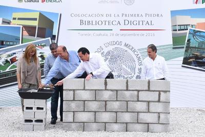 Junto al alcalde de Torreón, el gobernados y el titular de la Segob colocaron la primera piedra de la obra de la Biblioteca Digital.