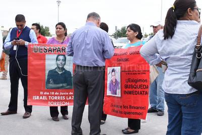 Los manifestantes portaron lonas con la imagen de sus desaparecidos.