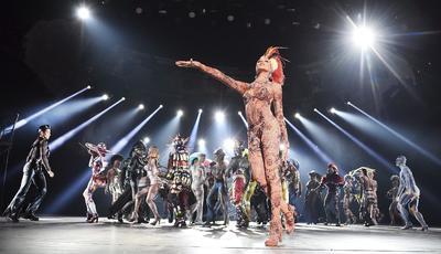 """BERLÍN (ALEMANIA).- Bailarines actúan sobre el escenario durante un pase gráfico del espectáculo """"The One - Grand Show"""", en el Friedrichstadt Palast de Berlín, Alemania. """"THE ONE Grand Show"""", cuyo vestuario ha sido diseñado por Jean Paul Gaultier, se estrenará el próximo 6 de octubre. EFE"""