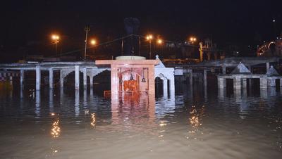 GWARIGHAT (INDIA).- Vista de un templo hundido tras la apertura de una puerta de presa en Gwarighat, India. EFE