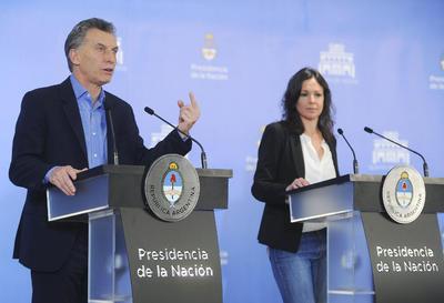 """BUENOS AIRES (ARGENTINA).- El presidente argentino Mauricio Macri (i) habla durante una conferencia de prensa junto a la ministra de Desarrollo Social, Carolina Stanley (d), en la quinta de Los Olivos en Buenos Aires (Argentina). Macri reconoció hoy que """"un tercio de los argentinos es pobre"""" y que eso es algo que """"duele"""", luego de que se conociera que el país registró un 32,2 % de personas pobres en el segundo trimestre del año, pero defendió las medidas del Gobierno contra este problema. EFE"""