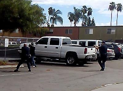 EL CAJÓN (CA, EE.UU.).- Captura de vídeo cedida, un hombre llamado Alfred Olango que tiene en las manos un objeto con el que apunta a policías momentos antes de que éstos le diparasen, en El Cajón, California. Un agente de policía mató al afroamericano que le había apuntado con sus dos manos simulando tener una pistola, informaron las autoridades. EFE