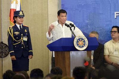 HANÓI (VIETNAM).- El presidente filipino, Rodrigo Duterte (c), pronuncia su discurso en Hanói, Vietnam. Duterte está de visita oficial a Vietnam del 28 al 29 de septiembre. EFE