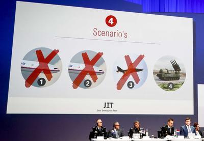 NIEUWEGEIN (HOLANDA).- Miembros del equipo de investigación conjunta del vuelo MH17, derribado por un misil en una zona de Ucrania controlada por los separatistas prorrusos, ofrecen una rueda de prensa en el centro de congresos NBC en Nieuwegein, Holanda. El equipo de investigación conjunta presenta su primer informe de investigación criminal sobre el avión derribado en el que murieron 298 personas en 2014. EFE