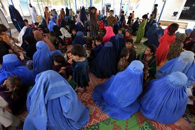 NOWSHERA (PAKISTÁN).- Varios afganos esperan el autobús para la devolución a su país llevada a cabo por el Alto Comisionado de las Naciones Unidas para los Refugiados (ACNUR) en Nowshera, Pakistán. Al menos 1.500.000 de refugiados afganos han sido repatriados por el gobierno pakistaní en los últimos 8 meses. EFE