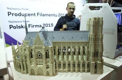 VARSOVIA (POLONIA).- Un hombre observa las obras impresas en 3D durante la exposición 'Days of 3D Printing' (Días de Impresión en 3D) en Varsovia, Polonia. El evento Días de Impresión en 3D secelebra desde el 2013 y consiste en la mayor exposición de impresiones en el este de Europa. EFE