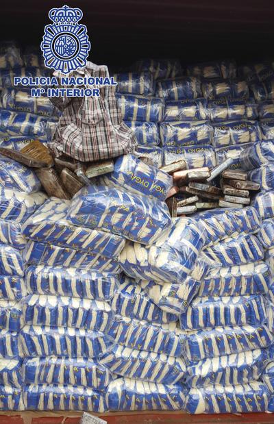 """LAS PALMAS DE GRAN CANARIA.- Fotografía facilitada por la Policía Nacional, que ha intervenido 42 kilos de cocaína llegados al puerto de Las Palmas de Gran Canaria dentro de un contenedor de arroz en un barco procedente de Brasil, en una operación en la que han colaborado fuerzas de seguridad de otros países, según ha informado hoy el propio cuerpo. Para hacer el envío, los narcotraficantes utilizaron el método conocido como """"gancho ciego"""", que consiste en romper el precinto de un contenedor para ocultar la droga entre la mercancía legal que transporta y sustituirlo por uno nuevo, destaca en un comunicado de la Jefatura Superior de Policía de Canarias. EFE"""