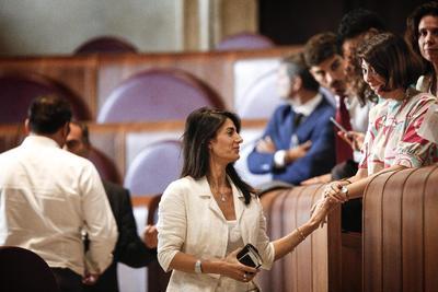 ROMA (ITALIA).- La alcaldesa de Roma, Virginia Raggi (c), asiste a una reunión extraordinaria en el Giulio Cesare Hall del Ayuntamiento de Roma, en Italia. El Ayuntamiento ha apoyado la decisión de su alcaldesa de rechazar la candidatura de la capital italiana para los Juegos Olímpicos de 2024. EFE