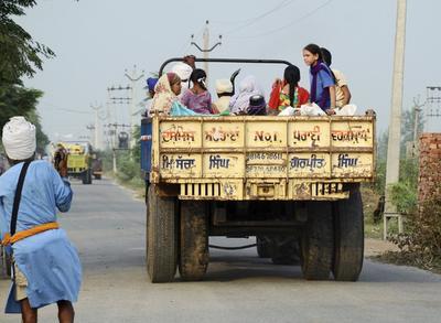 """AMRITSAR (INDIA).- Residentes son evacuados de la localidad de Nashehra Dhalla cerca de la frontera con Pakistán en la India. La India elevó hoy el tono y la tensión en su relación con Pakistán tras el lanzamiento de varios ataques """"quirúrgicos"""" contra supuestos terroristas en la zona de la Línea de Control (LoC) que sirve de frontera de facto entre los dos países en la disputada región de Cachemira. Al menos dos soldados paquistaníes han muerto en las acciones, que fueron realizadas de madrugada en cuatro zonas de la LoC, en la primera respuesta militar de Nueva Delhi al ataque hace once días de un grupo de insurgentes supuestamente paquistaníes a una base india en Cachemira que causó la muerte de 18 soldados indios. EFE"""