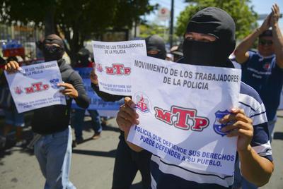 SAN SALVADOR (EL SALVADOR).- Policías encapuchados marchan, en las principales calles de San Salvador (El Salvador) para pedir a los diputados de la Asamblea Legislativa rechazar el proyecto de presupuesto general de 2017, si este no incluye partidas para pagar sus reivindicaciones. EFE