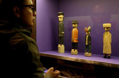 """BOGOTÁ (COLOMBIA).- Asistentes observan elementos que hacen parte de la exposición """"Las Molas"""", en el Museo del Oro de Bogotá (Colombia). El milenario y colorido arte textil de las molas de la comunidad indígena gunadules, que habita la selvática frontera de Colombia y Panamá, se expone desde hoy en el Museo del Oro de Bogotá para que el público pueda apreciar la tradición que recogen sus diseños. EFE"""