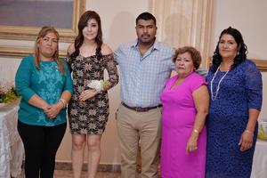 01102016 Jessica y Rubén acompañados de las organizadoras del festejo.