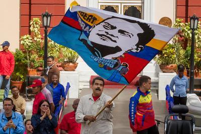 CARACAS (VENEZUELA).- El presidente de Venezuela Nicolás Maduro (c) ondea una bandera durante un acto conmemorativo por los dos años del fallecimiento del político chavista Robert Serra en la ciudad de Caracas (Venezuela). EFE