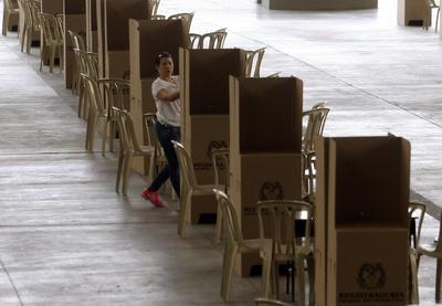 MEDELLÍN (COLOMBIA).- Una mujer prepara un puesto de votación para el plebiscito y refrendar el acuerdo de paz firmado por el Gobierno y las FARC en Medellín (Colombia). Cerca de 35 millones de colombianos están llamados este domingo a las urnas para el plebiscito sobre el acuerdo de paz firmado con las FARC, una votación trascendental para el futuro del país y en la cual tiene puestos los ojos la comunidad internacional, que ha sido un soporte de los diálogos. EFENoriega A.