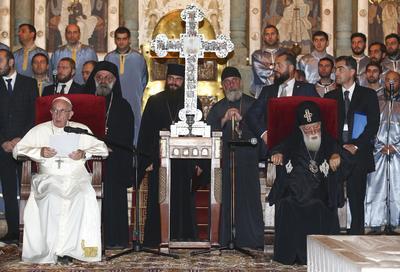Mtskheta (Georgia).- El Papa Francisco (L) se sienta al lado del patriarca ortodoxo Ilia II (R), durante una visita a la catedral de Svetitskhoveli de Mtskheta, Georgia. (Papa) EFE