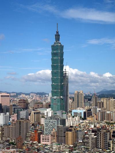 Taipei (Taiwán).- Una imagen tomada a través de una ventana de un café en Taipei, Taiwán, muestra una vista del edificio Taipei 101 de octubre de 2016. Taipei 101 fue el edificio más alto del mundo a partir de 2004 hasta enero 2010, cuando perdió el título en Burj Khalifa en Dubai, Emiratos árabes Unidos. Sin embargo, el Taipei 101 - que consiste en oficinas, tiendas, restaurantes y cafés - sigue siendo superior hito de Taipei y el símbolo de Taiwan moderno. EFE