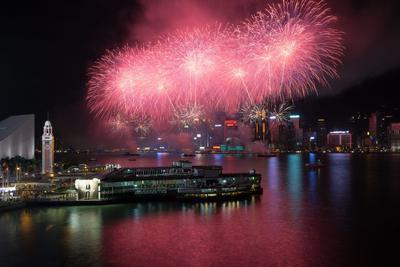 Hong Kong (China).- Los fuegos artificiales estallan sobre el puerto de Victoria durante el espectáculo del Día Nacional en Hong Kong, China. Un total de 23 888 conchas de cocción han sido dados de alta en la pantalla de tres barcazas amarradas en el puerto. EFE