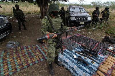 """MÉXICO EEUU.- Fotografía de archivo del 6 de marzo de 2012 que muestra un decomiso de armas durante un operativo en Veracruz (México). La llegada de armas de fuego y de dinero negro son dos grandes peligros provenientes de Estados Unidos que impactan a México, fortaleciendo los cárteles de la región y su estela de violencia, y probando que la porosidad de la frontera común también se da de norte a sur. """"Hay estimaciones de que entre el 10 % y el 15 % del Producto Interno Bruto (PIB) está vinculado a actividades que se llevan a cabo por grupos delictivos que aprovechan las ventajas de la frontera"""", dijo a Efe el experto José María Ramos. EFE"""