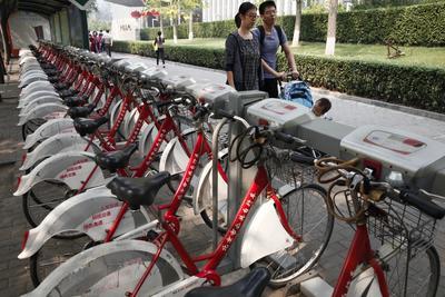 Pekín (China).- Alquiler de bicicletas operados por los gobiernos está estacionadas en una acera, en Beijing, China. Las bicicletas en alquiler son una empresa de negocio común en China, ya que las bicicletas son un asequible y práctica manera de evitar el flujo de tráfico pesado cuando se viaja por la ciudad. EFE