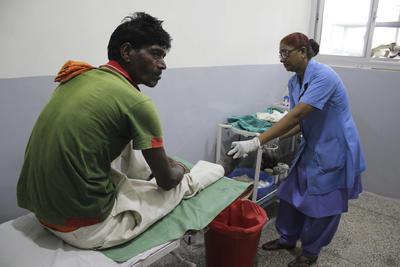 NUEVA DELHI,.- Imagen tomada en un hospital para enfermos de lepra en Nueva Delhi. Aunque la India declaró oficialmente erradicada la lepra hace más de una década, la realidad es que sigue siendo el país del mundo con más leprosos, enfermos que aún siguen cargando en el siglo XXI con los estigmas que arrastra esta enfermedad desde tiempos bíblicos. De los poco más de 210.000 casos que quedan en el mundo de esta enfermedad infecciosa, casi el 60 %, unos 120.000, se concentran en la India, según datos de la Organización Mundial de la Salud y del Gobierno indio. EFE