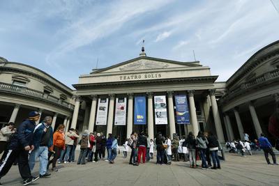 MONTEVIDEO (URUGUAY).- Fotografía del Teatro Solís durante la celebración del Día del Patrimoni, en Montevideo (Uruguay). Museos, teatros, escuelas y espacios públicos recibieron hoy a miles de uruguayos en el marco de la celebración del Día del Patrimonio de ese país, con la educación como protagonista, en el que se desarrollarán unas 2.600 actividades en todo el territorio. EFE