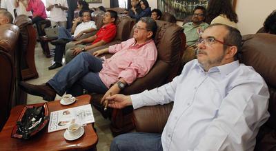 """LA HABANA (CUBA).- El máximo líder de las FARC, Timoleón Jiménez, """"Timochenko"""" (d), y otros miembros de la comisión negociadora permanecen atentos a los resultados de la consulta popular sobre el acuerdo de paz en Colombia, en La Habana (Cuba). Timochenko, el jefe negociador de las FARC, Luciano Marín alias """"Iván Marquez"""", y el resto de la delegación de las FARC se mostraron visiblemente decepcionados por el resultado de la consulta, en la que el """"No"""" al acuerdo de paz se impuso por el 50,22 %, con 6.430.170 votos, según datos oficiales casi al 100% del recuento. """"Timochenko"""", afirmó que esa organización mantiene """"su voluntad de paz"""" """"y su disposición de usar solamente la palabra como arma de construcción hacia el futuro"""". EFE"""