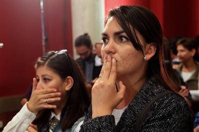"""BOGOTÁ (COLOMBIA).- Dos mujeres escuchan los resultados del plebiscito en Bogotá (Colombia). La opción del """"no"""" al acuerdo de paz firmado por el Gobierno colombiano con la guerrilla de las FARC está al borde de conseguir el triunfo en el plebiscito celebrado hoy en el país, cuando queda menos del 1 por ciento de las mesas por escrutar, según datos oficiales. Con el 99,08 % de las mesas contabilizadas, el """"no"""" al acuerdo de paz obtenía 6.400.516 votos, que equivalen al 50,24 % del total, mientras el """"sí"""", que comenzó liderando el recuento alcanzaba 6.338.473 papeletas, que representan el 49,75 %, lo que supone una ventaja de 62.043 sufragios. EFE EFE"""