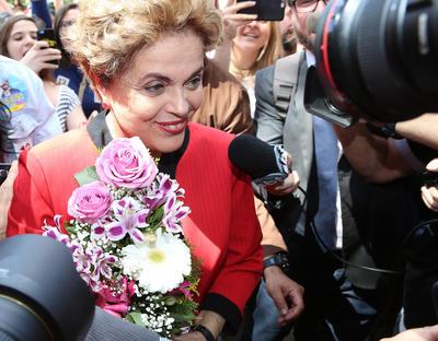 PORTO ALEGRE (BRASIL).- La expresidenta de Brasil, Dilma Rousseff, habla a medios de comunicación antes de votar en elecciones municipales, en el School Santos Dumont, en Porto Alegre (Brasil). EFE