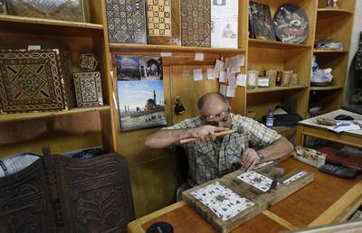 Damasco (Siria).- Hisham Halabi, de 42 años, es visto en su taller en la antigua ciudad de Damasco, Siria. Hisham es uno de los pocos trabajadores sirios de que todavía están haciendo mosaico piezas y otras herramientas de la que Siria es famoso. El mosaico es un trabajo antiguo es Siria, que se remonta a hace 500-800 años y todavía se está llevando a cabo hasta ahora. EFE