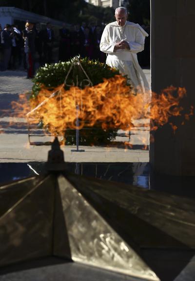 Ganjlik (Azerbaiyán).- El Papa Francisco reza detrás del buring llama eterna en el monumento a los caídos por la Independencia, durante su visita a Azerbaiyán, en Ganjlik, Azerbaiyán. El Papa está en Azerbaiyán después de visitar Georgia en un viaje de tres días de los países de Transcaucasia. (Azerbaiyán, Papa) EFE