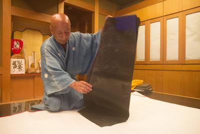 Kioto (Japón).- El maestro del kimono japonés y artesanal Obi, Genbei Yamaguchi muestra un obi (cinturón del kimono) en su taller en la ciudad de Kyoto, Kyoto Japón. El experto  proviene de una familia que ha estado haciendo obi por más de 270 años. Conocido por recrear las telas de valor incalculable sobre la base de las técnicas utilizadas en épocas distantes, su trabajo estará en exhibición en el Victoria and Albert Museum británica desde el 8 de noviembre de 2016. EFE