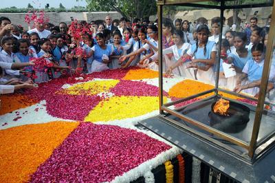 Nueva Delhi (India).- Estudiantes Indias rinden tributo al monumento de Mahatma Gandhi en Rajghat en su aniversario de nacimiento en Nueva Delhi, India. Mohandas Karamchand Gandhi también conocido como Bapu o Padre de la nación nació el 02 octubre 1869 en Porbunder Gujrat. Estudió derecho en Gran Bretaña y ejerció como abogado en Sudáfrica. Sin embargo, dejó su profesión y regresó a la India para unirse a la lucha por la libertad de la India. EFE
