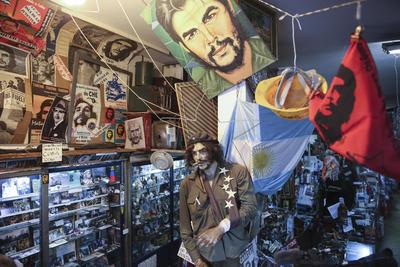 """BUENOS AIRES (ARGENTINA).- Fotografía en la que se observan objetos expuestos en el único museo del """"Che"""" Guevara, en Buenos Aires (Argentina). Una estatua a tamaño real de Ernesto """"Che"""" Guevara con su boina en la cabeza y un habano en los labios pisa una bandera estadounidense a la entrada de un curioso bazar en Buenos Aires que entre cientos de cachivaches mantiene en un rincón lo que queda del único museo dedicado al guerrillero en la ciudad. EFE"""