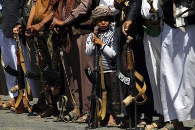 Sana'a (Yemen).- Un niño yemení sostiene un arma, se encuentra entre los partidarios armados Houthi, durante una reunión para movilizar más combatientes en varios frentes de batalla, en Saná, Yemen. De acuerdo con informes, los rebeldes Houthi movilizaron más combatientes para apoyar a sus milicias y tropas aliadas luchan contra las fuerzas del gobierno yemení y el respaldo saudí en varias posiciones a través de un Yemen desgarrado por la guerra. EFE