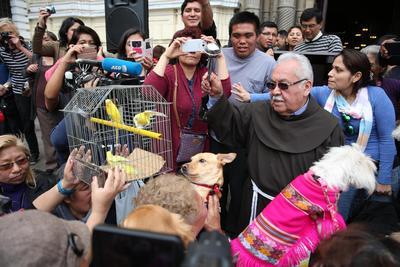 LIMA (PERÚ).- Decenas de animales, en su mayoría perros, pero también gatos, loros, conejos y hasta cuyes (conejillos de indias) son bendecidos, en una ceremonia religiosa celebrada en la iglesia de San Francisco, en el centro histórico de Lima (Perú). EFE