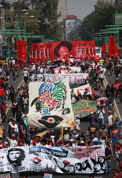 CIUDAD DE MÉXICO (MÉXICO).- Estudiantes e integrantes de diferentes organizaciones participan en una marcha al conmemorarse el 48 aniversario de la matanza de estudiantes en Tlatelolco, en Ciudad de México (México). Miles de personas marcharon de la Plaza de las Tres Culturas al Zócalo para recordar que han sido 48 años de impunidad en aquel 1968 y que concluyeron con la matanza de los universitarios en Ciudad de México (México). EFE