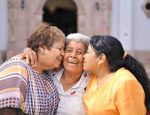 03102016 SE REENCUENTRAN… 55 AñOS DESPUéS.  Ofelia Soriano Chávez y Herminia Rivera Chávez, hijas de Guadalupe Chávez (f), volvieron a reunirse en Torreón luego de 55 años, gracias a su amiga Guadalupe Perea. Cuando Ofelia tenía 6 años de edad y Herminia 2, falleció su mamá, por lo que el padre de cada una se llevó a su respectiva hija. María Crescencia Chávez Carmona crió a Ofelia y a Herminia se la llevaron a Zacatecas. Pasó el tiempo y no se volvieron a ver, incluso por Facebook no se encontraban ya que usaban los apellidos de casadas. Ofelia se casó y se fue a vivir a Estados Unidos, hasta que su amiga Guadalupe las vuelve a contactar por Facebook y se reencuentran en la Parroquia Los Ángeles de Torreón.