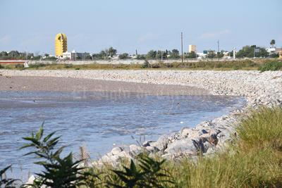 Autoridades mantendrán vigilancia en los márgenes del río.