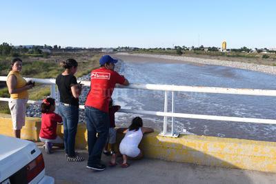 Los laguneros acudieron a observar la segunda avenida del Nazas en el presente año.