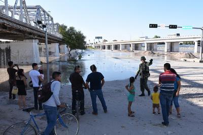 Familias laguneros acudieron a observar la llegada del agua.