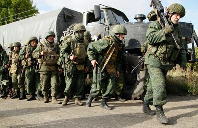 DONETSK (UCRANIA).- Tropas rebeldes pro-rusas dejan sus posiciones durante la retirada de las tropas en Petrovske, a unos 50km de Donetsk (Ucrania). Tanto el ejército ucraniano como los separatistas apoyados por Rusia, anunciaron el 1 de octubre, la retirada de sus fuerzas como parte de la firma del acuerdo de desmilitarización en septiembre. EFE