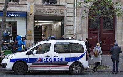 PARIS (FRANCIA).- Un coche de policía aparcado frente al edificio de apartamentos donde la estrella televisiva Kim Kardashian fue víctima de un robo a mano armada durante la pasada madrugada, en París, Francia. Kardashian abandonó París, con destino desconocido, horas después del ataque, en el que los ladrones se hicieron con un botin valorado en unos 16 millones de euros, la mayor parte en joyas. EFE