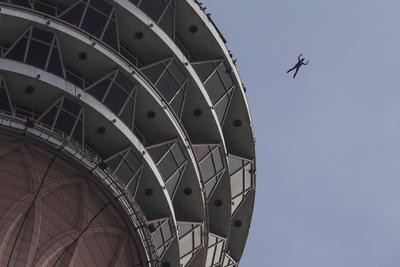 LUMPUR (MALASIA).- Un participante durante el campeonato internacional de salto base de Kuala Lumpur, en Malasia. Más de 100 saltadores participan en el evento. EFE