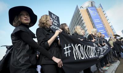 """BRUSELAS (BÉLGICA).- Mujeres vestidas de negro participan en una manifestación contra la ley del aborto en Bruselas, Bélgica. Miles de mujeres protestaron contra la ley en trámite que prevé la prohibición del aborto y penas de cárcel para quienes lo practiquen, en una jornada denominada """"Lunes Negro"""" en la que organizaciones feministas han convocado una huelga general femenina. EFE"""
